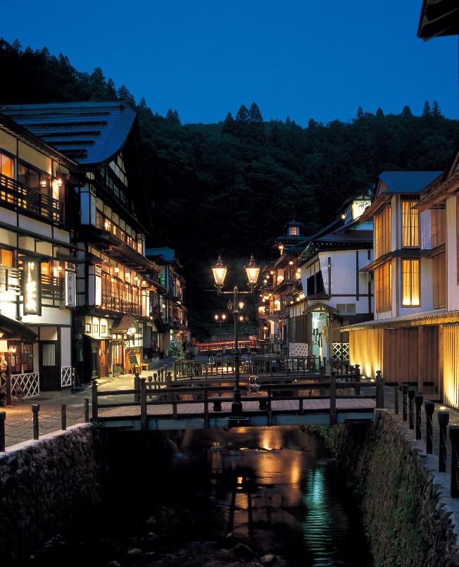 Làm ấm cơ thể tại suối nước nóng: Do tuyết rơi dày và nhiệt độ chạm mốc âm, mùa đông Tohoku có phần khắc nghiệt dù sở hữu những cảnh quan đẹp. Lúc này, hãy sưởi ấm cơ thể tại onsen (suối nước nóng) đồng thời ngắm nhìn phong cảnh thiên nhiên. Bạn có thể chọn Ginzan onsen - nơi ánh đèn khí gas màu vàng tỏa sáng trong đêm khi tuyết rơi, gợi nhớ đến những bộ phim kinh điển. Để đến đây, du khách có thể xe buýt 35 phút từ ga JR Oishida (tuyến Yamagata Shinkansen).
