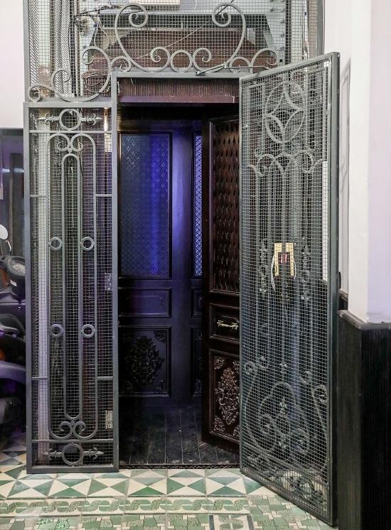Để lên bảo tàng, khách tham quan đi bằng thang máy cổ, có từ khi căn nhà được xây dựng. Cửa thang máy làm bằng sắt với những hoa văn tinh xảo, thùng thang bằng gỗ, khắc nhiều họa tiết bên trong.
