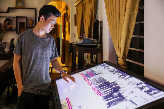 Lối vào có một màn hình chạm giúp khách tham quan dễ dàng tìm hiểu chi tiết về lịch sử hình thành, phát triển, những trận đánh, các di tích còn lại của lực lượng biệt động Sài Gòn.