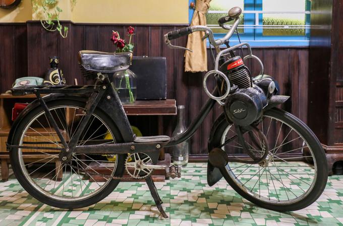 Chiếc xe đạp máy hiệu Solex của Pháp, sản xuất thập niên 1950 của nữ giao liên Ngọc Huệ tặng cho bảo tàng. Trước kia, bà từng dùng xe này để đưa thông tin, tài liệu cho lực lượng kháng chiến.