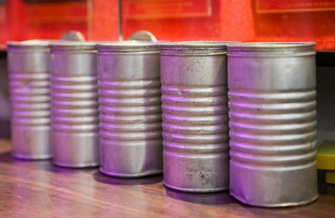 Những chiếc lon sữa Guigoz quen thuộc với người dân Sài Gòn trước năm 1975. Sau khi dùng hết sữa, vỏ lon thường dùng để gia vị, thức ăn và còn được chiến sĩ biệt động tận dụng để cất thư mật.