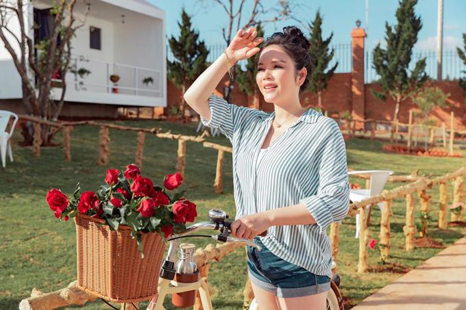 Resort của Lý Nhã Kỳ nằm tại đường Măng Lin, phường 7, thành phố Đà Lạt. Khu nghỉ có diện tích 7.000 m2, được định giá hàng triệu đô, vừa được người đẹp khai trương ngày 22/12 và đã mở cửa đón khách.