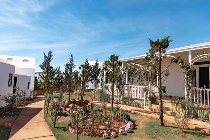 Còn với căn villa Family Suite 2 tầng, giá thuê là 2,9 triệu đồng, dành cho 4-5 người, extra bed 300.000 đồng/người/đêm, tối đa 6 người/phòng. Thời gian này, các phòng đều được giảm 30%.