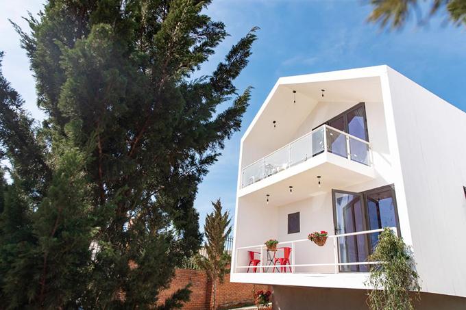 Các căn villa được thiết kế với phong cách chủ đạo là tối giản, chọn màu trắng và trang trí đơn sắc, toát lên vẻ tinh khôi, tươi sáng, xen lẫn giữa những cây thông xanh rì.