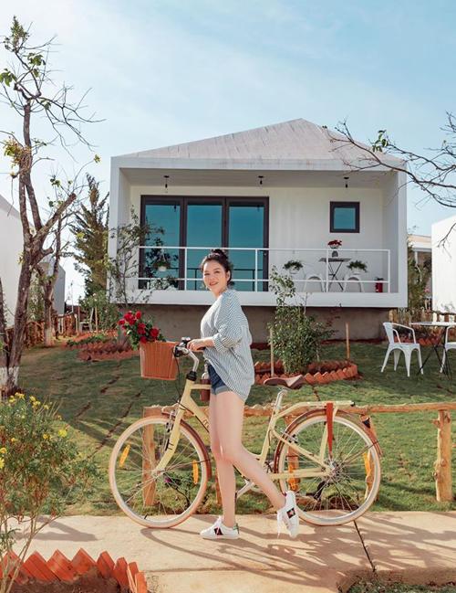 Để phục vụ du khách chu đáo, khu resort có 2 nhà hàng sức chứa lên đến 100 khách với nhiều món ăn mang đậm chất Đà Lạt và đặc trưng ẩm thực Việt. Không gian phù hợp để tổ chức những bữa tiệc riêng tư.