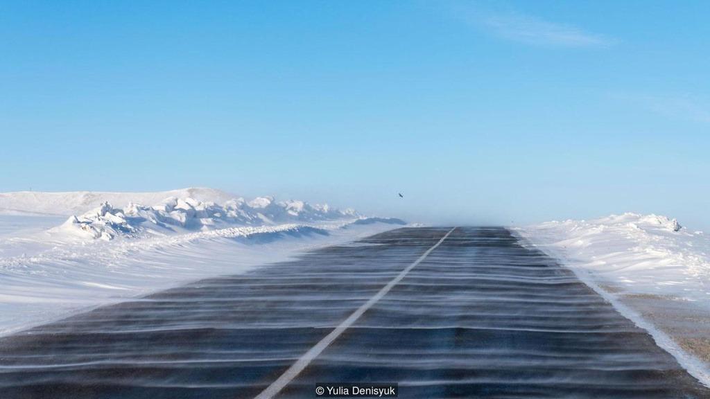 """Người Mông Cổ thường ví nơi họ sinh sống là """"vùng đất của trời xanh vô tận"""" bởi bầu trời ít có mây, bao quanh đều là thảo nguyên ranh rì, thiên nhiên khoáng đạt không bị che lấp bởi công trình nhân tạo. Thời tiết tại đất nước này thường khắc nghiệt vào mùa đông. Do chịu ảnh hưởng bởi gió lạnh Siberia, nhiệt độ Mông Cổ vào mùa đông thường xuyên xuống dưới âm 40 độ C."""