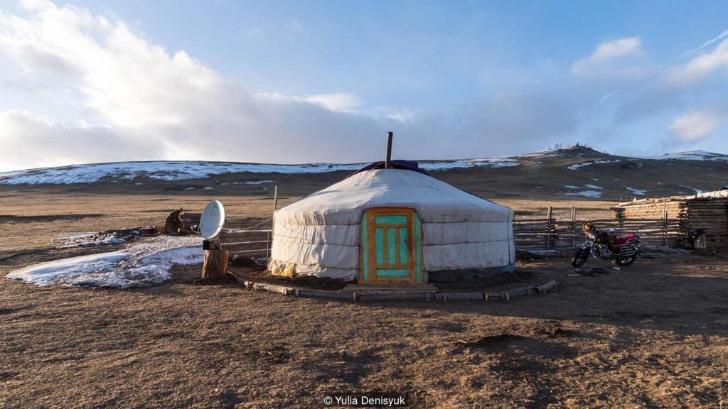 """Nếu muốn trải nghiệm mùa đông khắc nghiệt ở Mông Cổ, bạn có thể ghé vùng ngoại ô thủ đô Ulaanbaatar. Người dân ở đây có lối sinh hoạt bán du mục, họ thường dựng lều ở thung lũng hoặc đồi vào mùa đông. Lều ở Mông Cổ được gọi là """"ger"""", dạng tròn, có thể di chuyển được, giữa lều có bếp lửa giúp duy trì nhiệt độ trong mùa đông lạnh giá. Ger phù hợp cho nhóm 5 người sinh hoạt và được lắp ráp trong một giờ."""