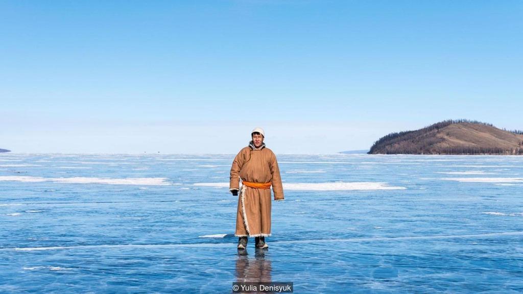 Điều đặc biệt trong mùa đông ở Mông Cổ là lễ hội ăn mừng sống sót qua thời tiết lạnh giá. Vào tháng 3, thời tiết bắt đầu ấm áp, người Mông Cổ đổ về hồ Khovsgol để tổ chức lễ hội băng trong 2 ngày. Người tham sẽ mang theo bình đựng gồm sữa, nước, trà đen hoặc xanh và muối, một túi đựng khuushuur (bánh chiên nhân thịt) và cùng nhau tụ tập trên mặt hồ đóng băng để ăn mừng kết thúc quãng thời gian băng giá, khắc nghiệt nhất năm.