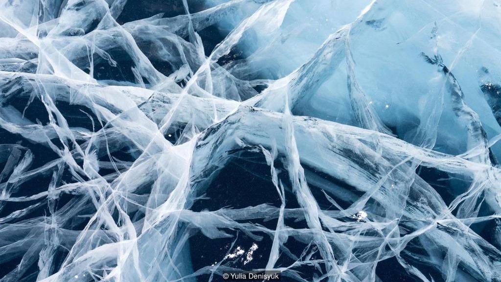 """Hồ Khovsgol nằm ở phía bắc Mông Cổ, là hồ nước ngọt lớn nhất quốc gia này. Nhờ làn nước trong vắt, người dân nơi đây ví hồ như """"viên ngọc trai xanh"""". Vào mùa đông, hồ đóng băng dày vài mét, con người và động vật có thể đi lại trên bề mặt hồ. Trước khi đặt chân lên mặt băng, người dân phải leo lên một đỉnh đá thiêng để tỏ lòng biết ơn tới vị thần cai quản nơi này."""