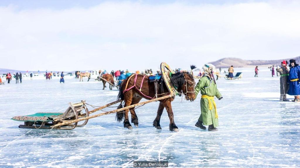 Dân địa phương quan niệm rằng chỉ khi thần linh chấp thuận mới có thể đi lại trên mặt hồ an toàn. Hồ có vết nứt kỳ diệu gần giống mặt hồ Baikal (Nga) bởi lớp băng tan dần vào ban ngày và co cứng lại khi nhiệt độ giảm vào ban đêm. Lễ hội băng độc đáo trên hồ Khovsgol đang thu hút nhiều du khách quốc tế. Nhiều hoạt động hấp dẫn diễn ra trên mặt hồ vào khoảng thời gian này như đua xe ngựa kéo, kéo co, bắn cung và điêu khắc băng...
