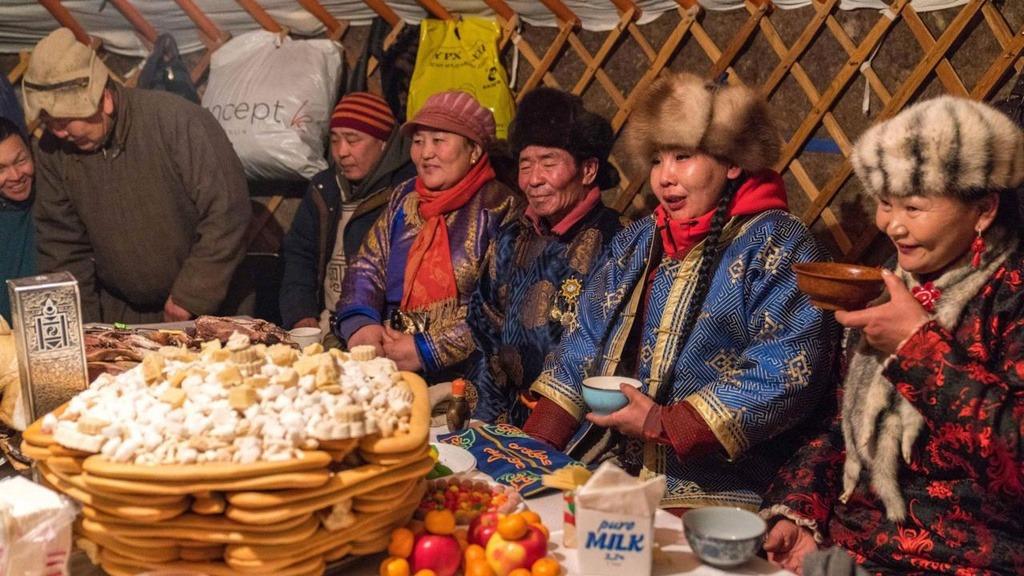 Người Mông Cổ thường dựng lều ger trên hồ và mở tiệc truyền thống ăn mừng, cảm ơn mẹ thiên nhiên cho ban cho mọi người cơ hội được tụ họp cùng nhau. Đêm xuống, các pháp sư sẽ triệu tập mọi người quây lại ở khu lửa trại chính để tiến hành các nghi lễ tạ ơn.