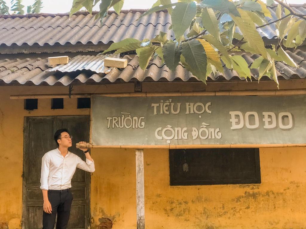 """Bối cảnh trường tiểu học cộng đồng Đo Đo ở xã Quảng Phú, huyện Quảng Điền, tỉnh Thừa Thiên Huế cũng là điểm thu hút giới trẻ tới chụp hình. Trước khi được chọn làm phim trường cho """"Mắt biếc"""", địa điểm này từng là công trình cũ thuộc hợp tác xã nông nghiệp địa phương."""