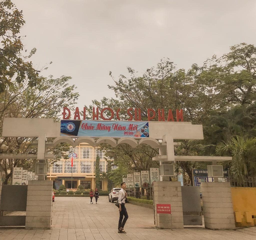 """Sau thành công của bộ phim, trường đại học sư phạm Huế trên đường Lê Lợi nằm bên bờ sông Hương cũng được các tín đồ """"sống ảo"""" tìm đến. Với kiến trúc lâu đời, cổ kính, địa điểm này được chọn làm bối cảnh trường trung học kiểu mẫu Huế, nơi Hà Lan theo học."""