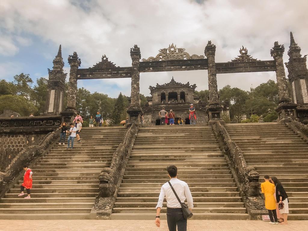 """Những địa điểm nổi tiếng xứ Huế cũng xuất hiện nhiều lần trong bộ phim """"Mắt Biếc"""". Lăng vua Khải Định là nơi Dũng lần đầu nắm tay Hà Lan, đưa cô bé 17 tuổi khám phá thành phố mộng mơ."""