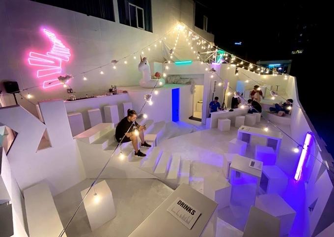 Bàn ghế thiết kế những khối hình chữ nhật, bậc thang ngoài trời xếp cao thấp khác nhau, khiến nhiều người liên tưởng đến Santorini phiên bản hiện đại hóa.
