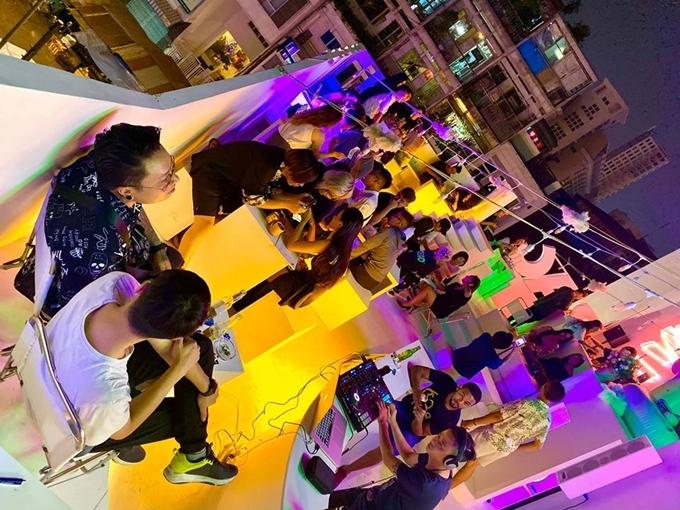 """Quán mở cửa từ 17h đến 2h sáng hôm sau, DJ chơi nhạc miễn phí, thích hợp dành cho các """"cú đêm"""" ở Sài thành."""
