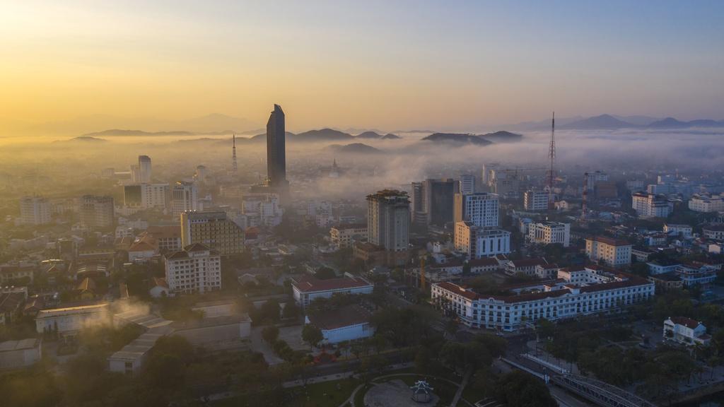Thời tiết mùa đông đem theo những đợt sương mù dày, bao phủ thành phố Huế vào buổi sớm. Mặc dù thuộc miền Trung, Huế vẫn mang đặc trưng của tiết trời miền Bắc, không khí lạnh và độ ẩm cao vào sáng sớm.