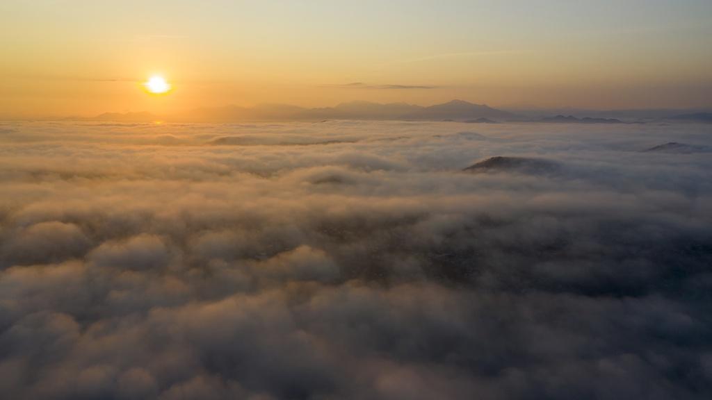 Núi Ngự Bình chìm trong biển mây là cảnh tượng níu chân du khách tại cố đô Huế. Núi Ngự Bình cách trung tâm thành phố Huế khoảng 5 km. Du khách muốn tới đây có thể di chuyển bằng taxi hoặc xe máy.