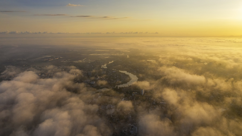 Sông Như Ý như một dải lụa mềm vắt ngang mảnh đất cố đô, ẩn hiện trong sương mờ buổi sớm.