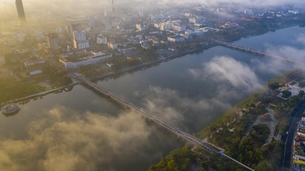 Trung tâm thành phố buổi sớm nhìn từ trên cao mang hơi thở của nhịp sống hiện đại, nhưng vẫn toát lên vẻ trữ tình, yên bình của mảnh đất cố đô.