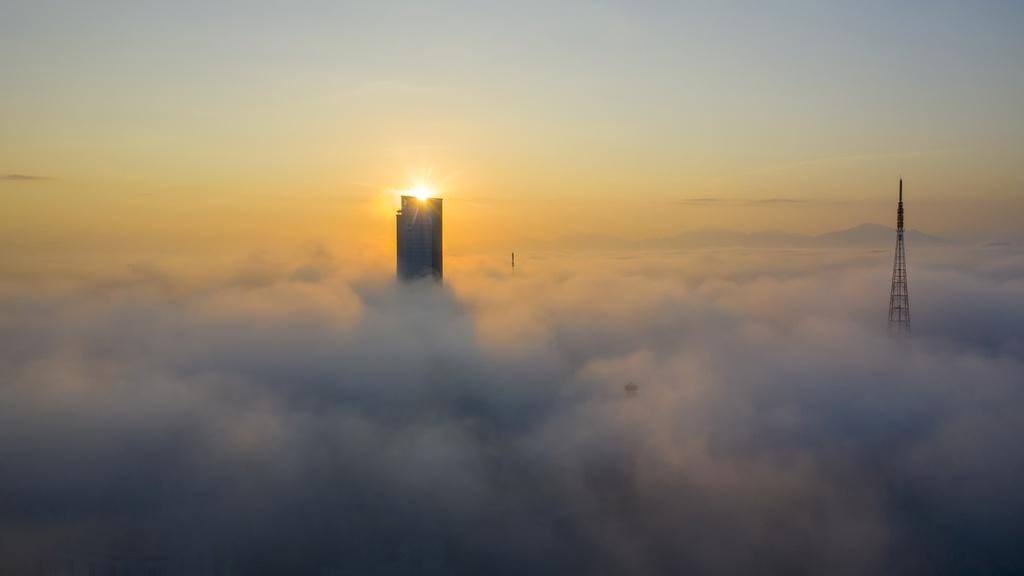 Từ 8h-8h30, sương mù dần tan, thành phố Huế thức giấc khi những tia nắng đầu tiên trong ngày làm bừng tỉnh cả mùa đông ảm đạm.