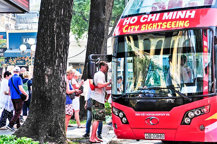 Du khách có thể lên và xuống xe tại bất cứ điểm dừng nào để tham quan, khám phá và tìm hiểu văn hóa, đời sống của người dân Sài Gòn.