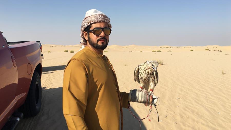 Cách thành phố Abu Dhabi một giờ lái xe, Al Marzoom là một trong 2 khu bảo tồn săn bắt hiếm hoi ở UAE. Tới đây, chủ sở hữu chim ưng và du khách sẽ có cơ hội tham gia trải nghiệm săn bắt động vật hoang dã. Việc săn bắt không gây nguy hiểm đến động vật hoang dã và làm ảnh hưởng tới quá trình bảo tồn chúng.