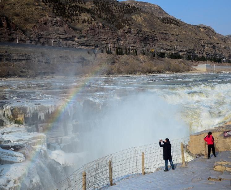 Sự quyến rũ của dòng thác đóng băng thu hút rất nhiều khách du lịch. Mặc dù phải vượt qua địa hình hiểm trở và thời tiết khắc nghiệt, du khách vẫn đổ xô tới đây để chiêm vẻ đẹp kỳ vĩ của ngọn thác tựa lâu đài băng tuyết mùa đông.