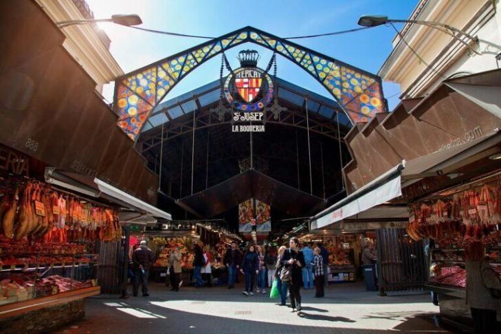 Chợ luôn mang bóng hình văn hoá của một vùng đất và ở Barcelona cũng thế - Ảnh: s4svisuals/Shutterstock