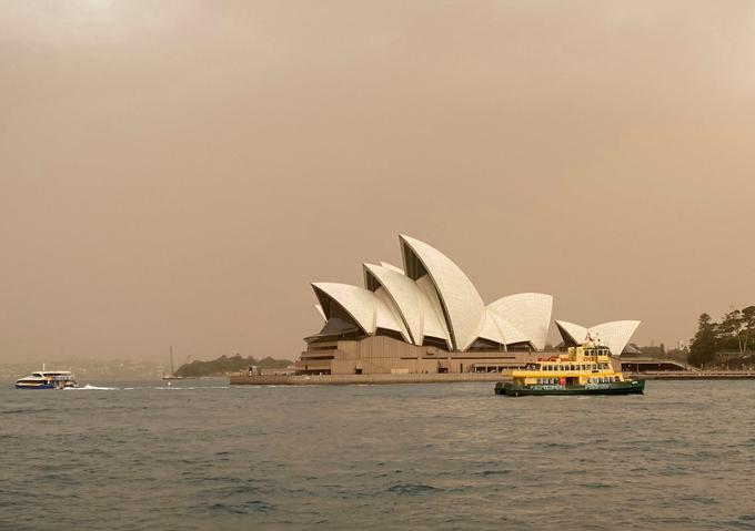 Nhà hát Opera Sydney - biểu tượng của Australia - trên nền trời xám xịt vì bụi cháy rừng.