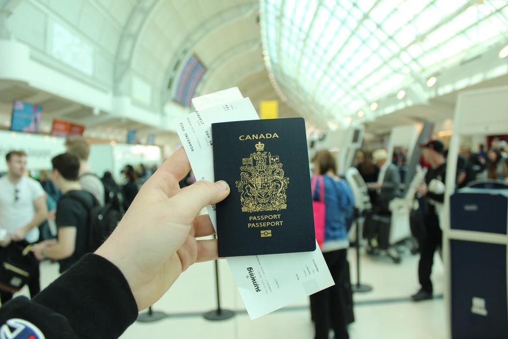 Chuẩn bị sẵn hộ chiếu và vé máy bay: Hành khách nên cầm sẵn hộ chiếu và vé máy bay trên tay trong lúc xếp hàng chờ đến lượt. Thao tác này có thể giúp bạn hạn chế việc đánh rơi giấy tờ tuỳ thân và không bị lúng túng khi làm thủ tục. Ảnh minh hoạ: Unsplash.