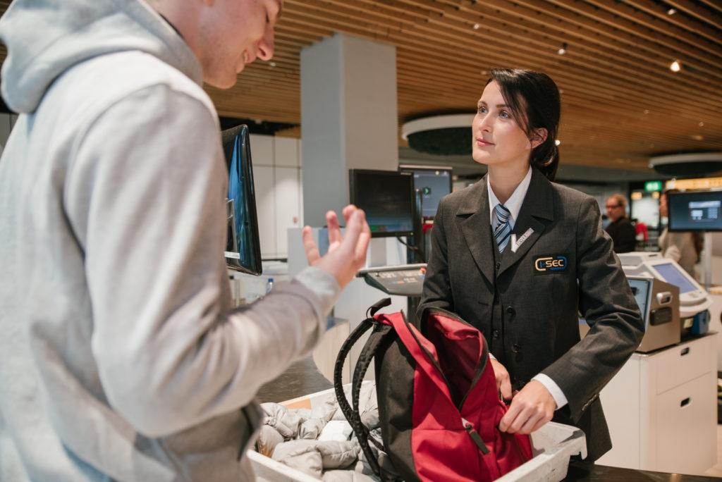 Sử dụng quyền ưu tiên: Một số hãng hàng không sẽ ưu tiên cho bạn được làm thủ tục nhanh chóng tại các cửa an ninh nếu bạn là khách hàng thân thiết của họ. Hãy tận dụng đặc quyền này để tiết kiệm thời gian hơn trong lúc kiểm tra an ninh. Ảnh: Werf.