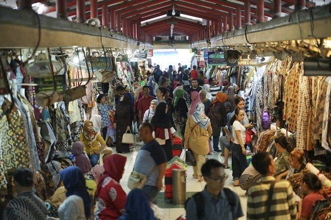"""Nơi nổi tiếng nhất để mua batik là chợ Beringharjo, bạn có thể mặc cả để nhận mức giá tốt nhất từ người bán. Ngoài ra, du khách mua batik trong các phòng trưng bày ở làng Giriloyo, với những họa tiết không có ngoài thị trường.  Rara Fitri, một du khách cho biết, chuyến đi đến Giriloyo đã giúp cô mở rộng kiến thức về batik truyền thống. Ngoài mua sắm, cô đã chứng kiến và học được một số công đoạn của quá trình sáng tạo trên những tấm vải. """"Thật thú vị. Tôi đã biết được lịch sử phát triển batik cho đến ý nghĩa triết học trong mỗi mô típ"""", cô nói."""
