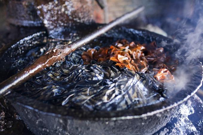 Màu sắc truyền thống cho batik tại khu vực này gồm be, xanh, nâu và đen, được làm từ các thành phần tự nhiên như lá, vỏ, nhựa cây. Ngày nay, nhiều nơi tại Indonesia sử dụng cả thuốc nhuộm hóa chất bởi tính tiện lợi và giá rẻ.