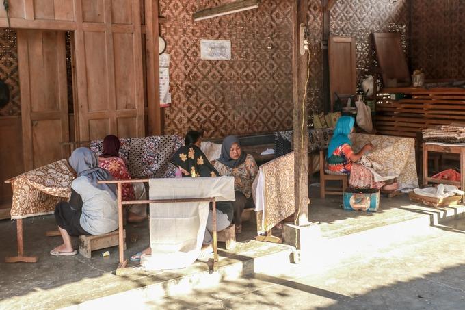 Batik được sản xuất ở nhiều vùng của Indonesia với các họa tiết khác nhau. Tuy nhiên, Giriloyo là một trong số ít nơi nghệ nhân sản xuất hoàn toàn thủ công, với các kỹ thuật, họa tiết giống hàng trăm năm trước. Khắp làng hiện có khoảng 900 nhà sản xuất batik, chiếm gần một phần ba dân số địa phương. Các nghệ nhân tại đây có độ tuổi từ 20 đến 80.