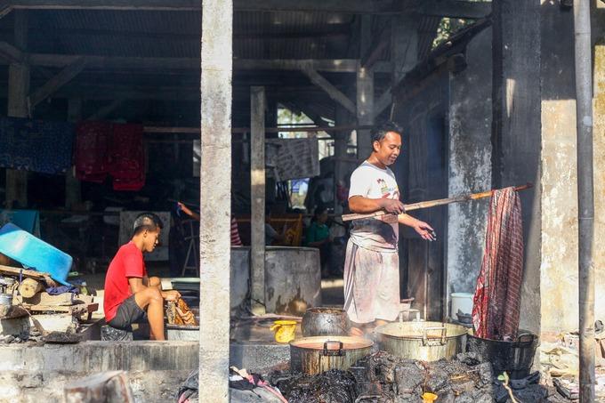 Đàn ông đảm nhận ít vai trò trong nghề làm batik bởi công việc đòi hỏi tính kiên nhẫn, tỉ mỉ phù hợp với nữ giới. Thông thường, họ chỉ đảm nhận quá trình nhuộm vải và tiếp thị sản phẩm.  Một tấm vải batik thường trải qua 12 công đoạn để hoàn thiện, với sự phối hợp của 3 – 4 nghệ nhân. Do quá trình phức tạp và mất nhiều thời gian, batik thủ công có giá cao hơn các loại vải công nghiệp sản xuất hàng loạt.