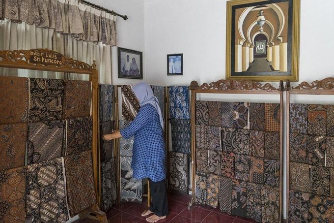 """Imaroh còn sở hữu một phòng trưng bày batik. Cô cho biết, vào thế kỷ 17, nhà vua của Yogyakarta có khu phức hợp cung điện và mộ hoàng gia xây dựng ở Imogiri. Hàng trăm người hầu trong cung điện và gia đình của họ đã chuyển đến đây để bảo vệ khu phức hợp. Lúc đó, đàn ông phục vụ trong cung điện, trong khi phụ nữ ở nhà làm batik. Đến nay, những phụ nữ tại đây vẫn rất vui khi làm công việc này. Nhờ batik, tôi có tiền cho con đi học đại học"""", Imaroh nói.  Những tấm batik của Imaroh có giá từ 250.000 đến 3 triệu rupiah (khoảng 400.000 – 5 triệu đồng) tùy theo sự phức tạp của hoa văn và chất lượng vải. Những tấm vải có thể dùng làm váy, xà rông để mặc trong các sự kiện đặc biệt."""