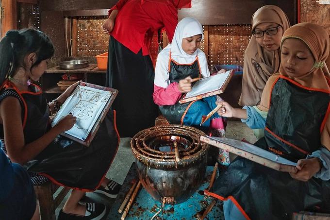 """Giriloyo được quy hoạch trở thành làng du lịch vào năm 2010. Martini, 39 tuổi, một trưởng nhóm khác nói rằng du khách trong và ngoài nước đến làng còn học cách làm batik bên cạnh mục đích mua sắm. Mỗi năm có khoảng 2.500 du khách tham gia vào các lớp học làm batik tại đây, chủ yếu là học sinh, sinh viên trong khu vực. """"Đây là một cách để hồi sinh du lịch tại làng, đồng thời là nỗ lực của chúng tôi để bảo tồn batik"""", cô nói."""