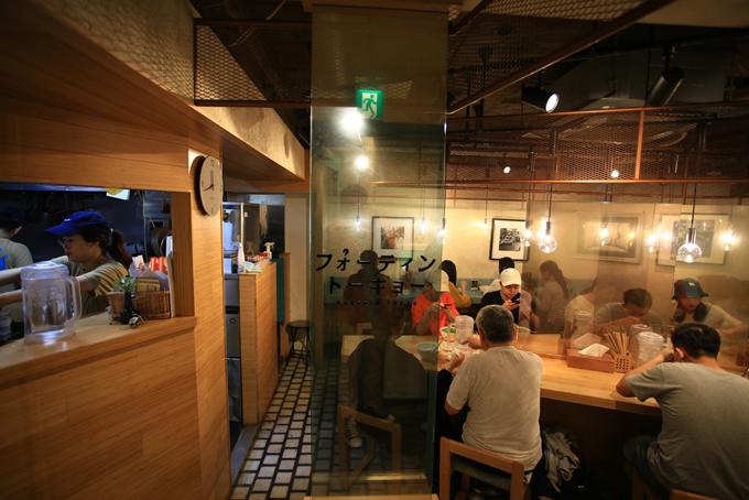 Không gian bên trong quán với trần thấp, nội thất chủ yếu là đồ gỗ. Phần bếp bố trí gọn gàng, sạch sẽ giúp khách có thể yên tâm về vệ sinh thực phẩm.