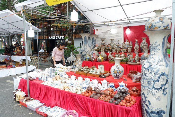 Ngoài chợ hoa, dọc khu phố là các gian hàng, trưng bày thực phẩm và các sản phẩm đặc trưng Việt Nam, phục vụ Tết như thủ công mỹ nghệ, gốm sứ, tranh thư pháp, phỗng...