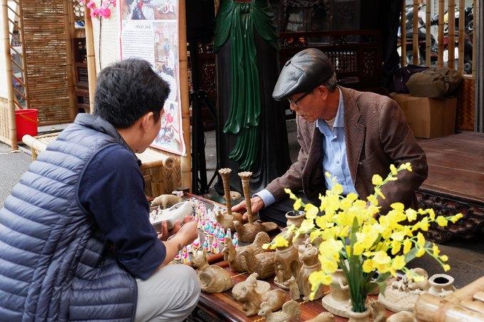 """Ông Phùng Đình Giáp, 68 tuổi, nghệ nhân làm phỗng cho biết, ông là người cuối cùng ở Bắc Ninh còn làm nghề nặn món đồ chơi dân gian này. Gia đình ông đã duy trì truyền thống tới nay là đời thứ 3. """"Năm nay được mời tới đây để quảng bá phỗng đất, tôi cảm thấy rất vinh dự. Tôi mong muốn được giới thiệu và quảng bá món đồ chơi dân gian này tới người Việt và cả du khách nước ngoài"""", ông chia sẻ.  Ngoài trưng bày các sản phẩm, gian hàng sẽ hướng dẫn khách tham quan, trẻ nhỏ nặn phỗng miễn phí tới ngày 27/12 âm lịch (21/1 Dương lịch). Các sản phẩm được làm từ đất sét và giấy bản."""