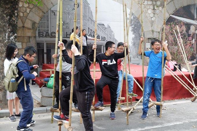 Nhiều trẻ em tập trung tại khu vực đi cà kheo giữa con phố.