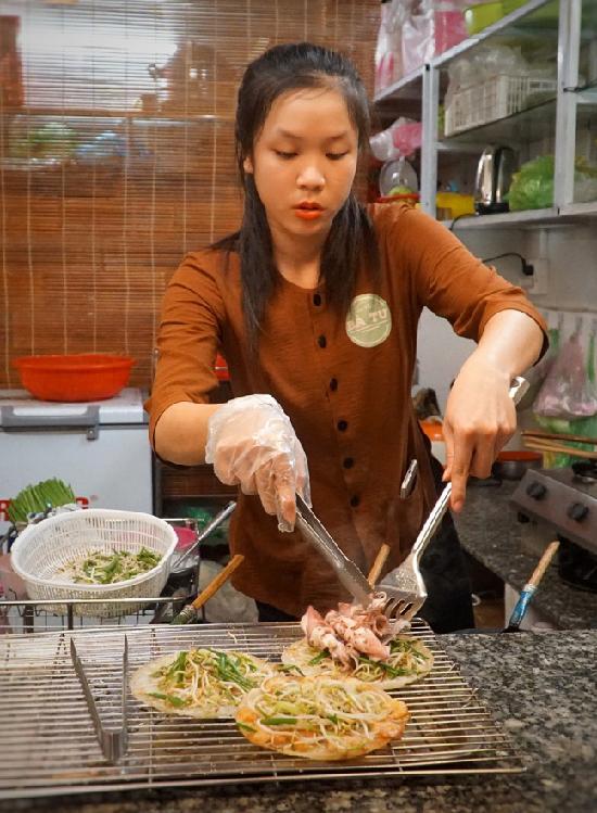 Gian bếp của quán được đặt phía trước nhà, thực khách có thể vừa chọn món vừa xem nhân viên chế biến, hoặc tự tay làm bánh.