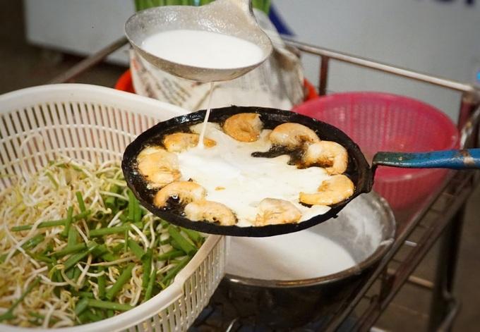 Tôm được ngắt bỏ đầu, chiên sơ qua dầu trước khi đầu bếp đổ bột vào khuôn. Ngoài ra, giá đỗ và hành cũng là nguyên liệu không thể thiếu của bánh xèo tôm.
