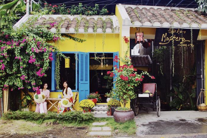 Quán cà phê Hội An Mystery hiện bài trí quang cảnh tết ở phố cổ, thu hút nhiều người tham quan vì dịch vụ cho khách mặc áo dài và chụp ảnh miễn phí.