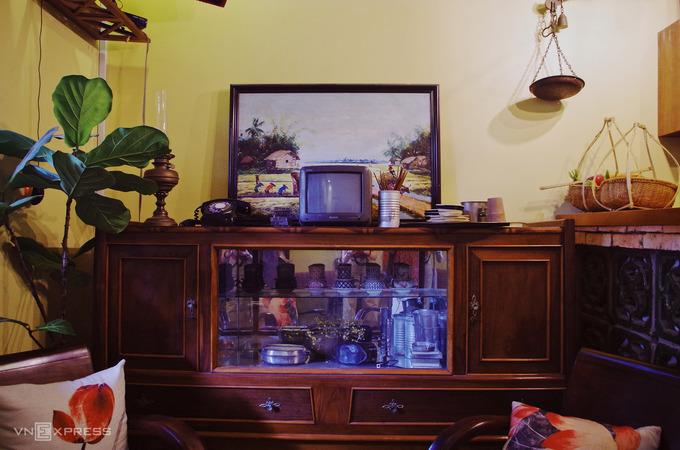 Trong nhà có một góc lưu giữ những hiện vật xưa cũ gắn với tuổi thơ của chủ nhân như TV, đèn dầu, đèn pin vỏ sắt, bàn là con gà…
