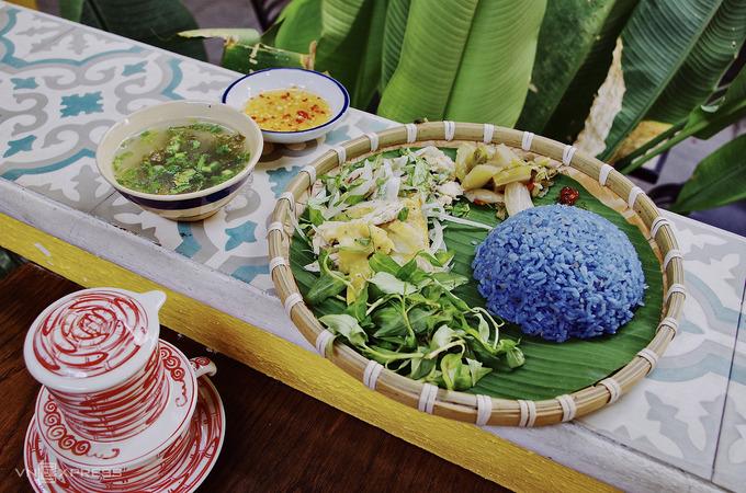 Khách đến quán có thể thưởng thức đặc sản Quảng Nam, gồm cơm gà và mỳ Quảng trộn. Riêng phần cơm gà có màu tím lạ mắt do được ướp hoa đậu biếc chủ quán trồng sau vườn nhà. Giá mỗi món ăn là 35.000 - 40.000 đồng.