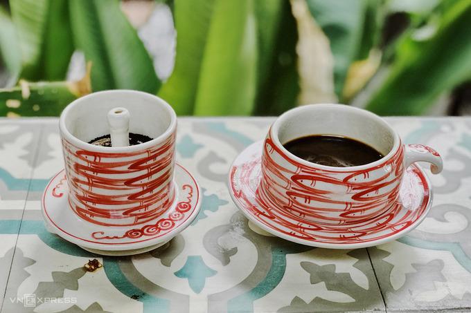 Trong menu đồ uống, món cà phê mang tên quán được nhân viên giới thiệu có vị khác lạ. Cà phê đựng bằng phin và tách gốm sứ được pha theo công thức riêng của chủ quán. Ngoài ra quán còn chuyên các loại trà thảo mộc truyền thống. Giá đồ uống khoảng 30.000 đồng.
