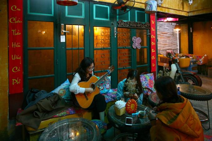 Một nhóm sinh viên Học viện Báo chí và Tuyên truyền cho biết quán này hợp gu của sinh viên và giá cả phải chăng; quán nằm trong ngõ nên không quá ồn ào bởi xe cộ đường phố.