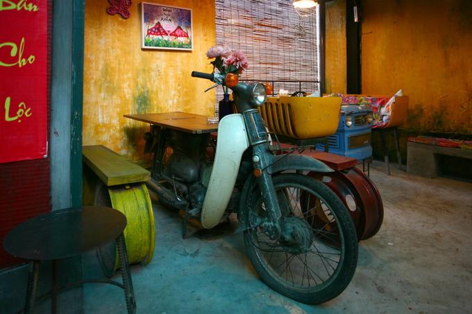 Một chiếc xe máy cũ trở thành bàn cà phê và cũng là vật trang trí của quán.
